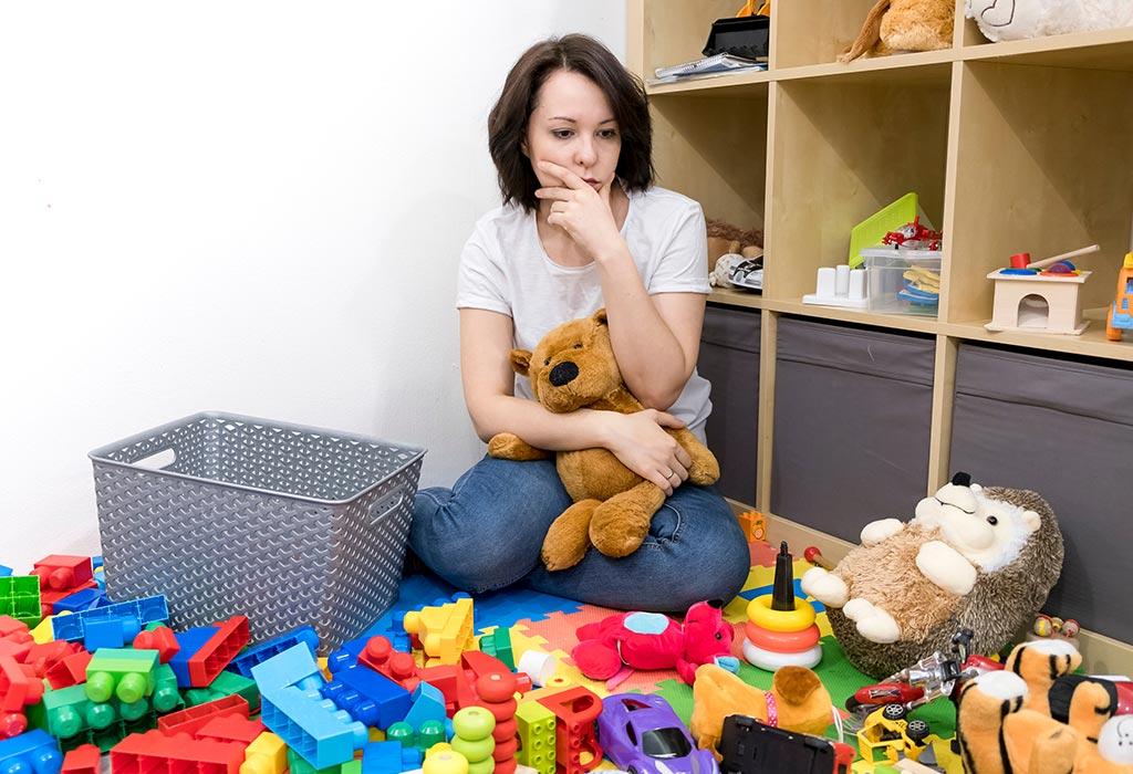 Bersihkan mainan di kamar anak