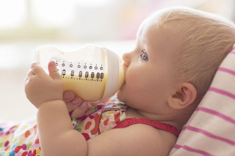 Tips melatih anak pegang botol susu bayi